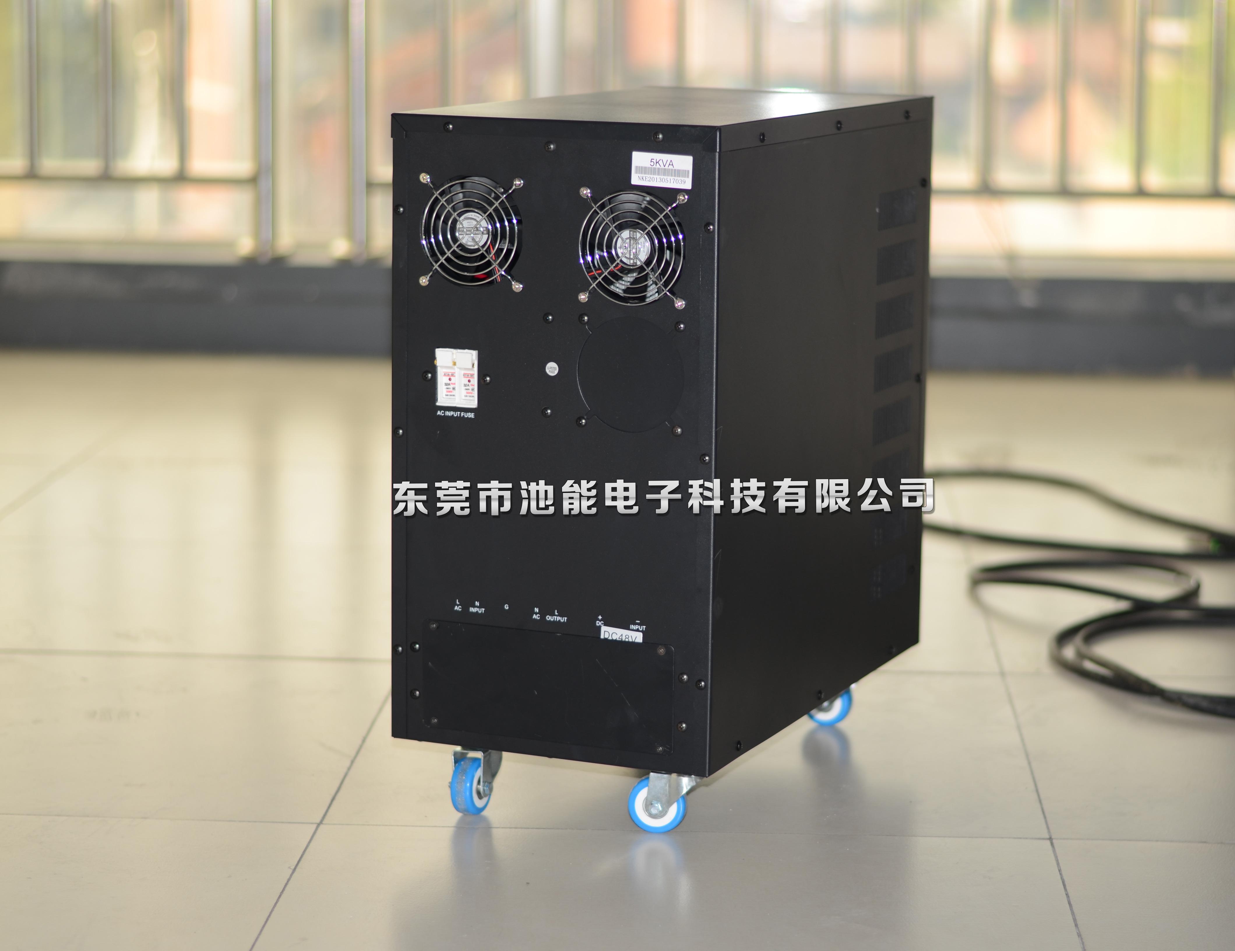 一、可搭配发电机使用 二、微处理器数字设计 三、宽范围电压和频率输入 四、自动电压调整功能 五、液晶显示屏 六、冷启动功能 七、防雷防过载保护 八、高强度负载能力 九、短路和超载保护 本系列的UPS只需很少维护。标准机型的电池为阀门式调节、低维护型、只需经常保持充电以获得期望寿命。UPS在同市电联接时,不管开机与否,始终向电池充电,并且提供过充、过放电保护功能。 此UPS设备内置池能生产的超大容量锂电池,扩大了电池比容量,与其他同类产品相比,续航能力明显提升,因此主要使用于工业、企业及商用环境。